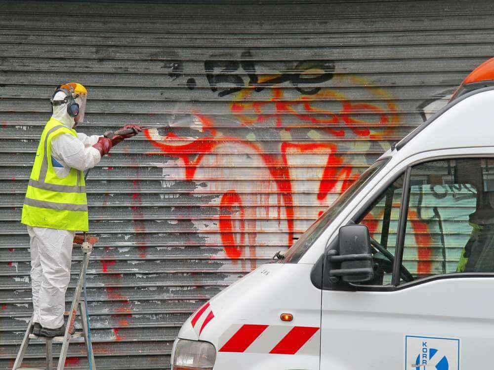 graffiti-removing